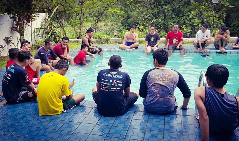 FAMILY GATHERING DI KOLAM RENANG