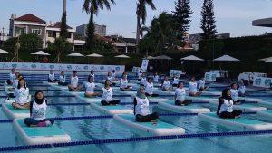 yoga di terpian kolam renang