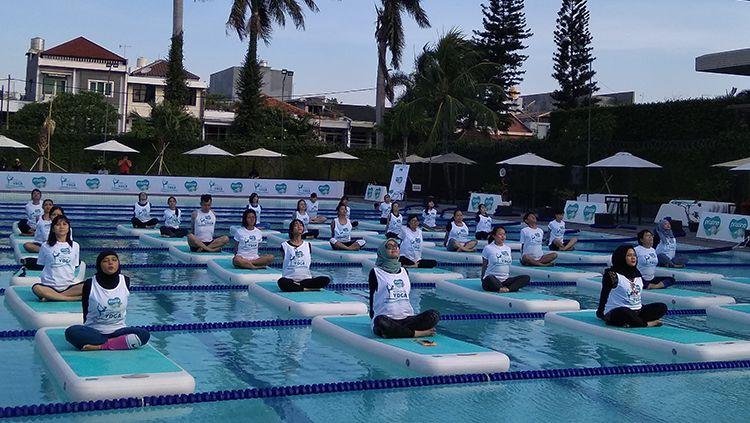 Berlatih Yoga di Tepian Kolam Renang
