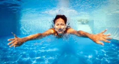 terapi berenang di air dingin